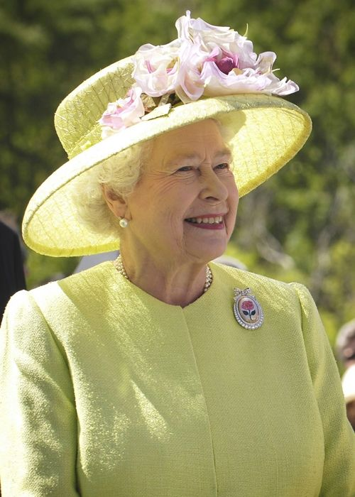 Why does Queen Elizabeth always wear pearls?